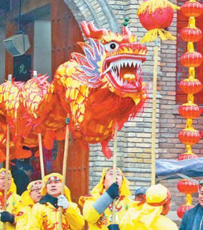 2月6日,在河北省平山县红崖谷,民间艺人在表演舞龙。张秀科摄(新华社发)