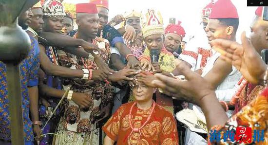 阿南布拉州伊博族首领与众酋长为余章宝加冕。