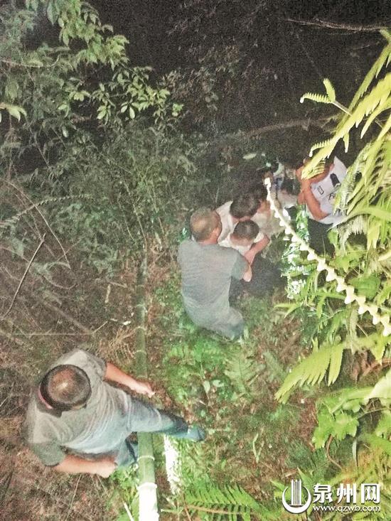 营救人员分成多组轮流把少年抬到山上