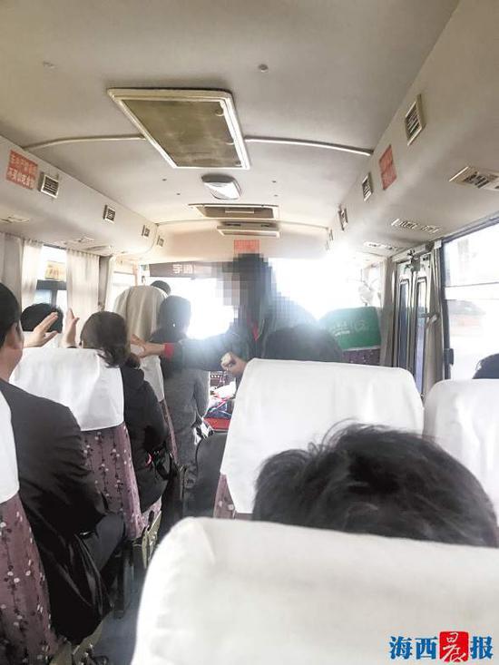 回程途中,导游(右)推销护肤品。