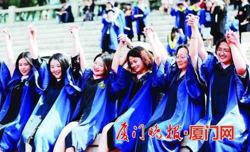 ■毕业季留下最美好的回忆。 陈立新 摄