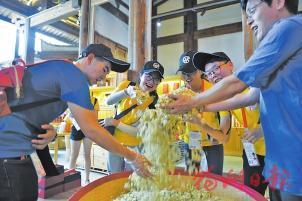 两岸学子体验茉莉花茶文化。