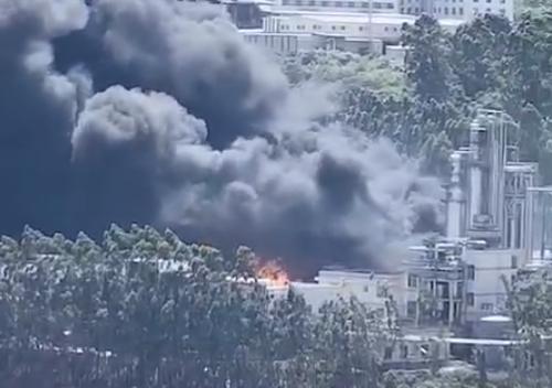 福建龙岩新罗区一新能源公司起火 现场浓烟滚滚