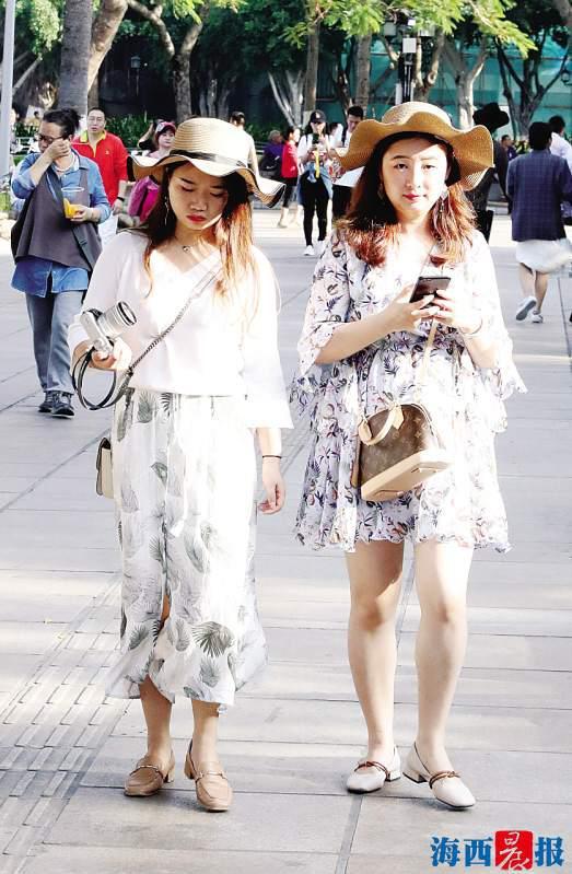 昨日,厦门天气晴热,鼓浪屿上游人戴帽遮阳。记者唐光峰摄