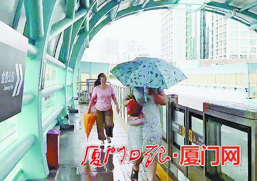 由于顶棚漏雨,不少站台上的市民还打着伞。
