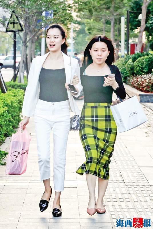 """昨日,天气炎热,市民夏装秋装各种""""乱穿衣""""出行。记者 唐光峰 摄"""