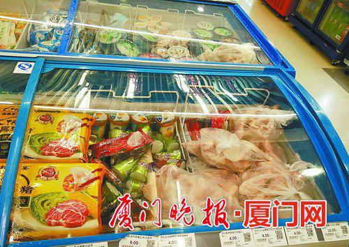 ■几大袋塑料袋简单包装的生肉物品和冰淇淋一起放在冰柜里。