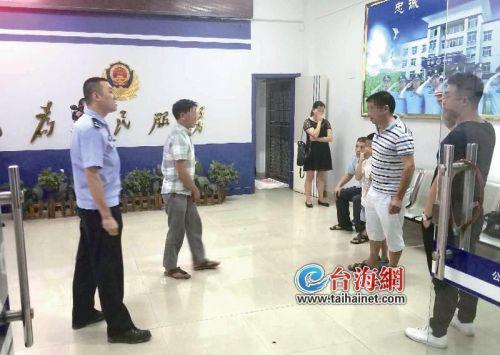   吴老汉(左二)与亲人相聚