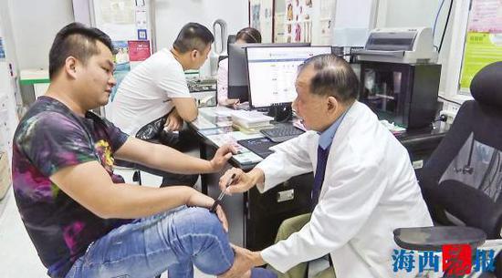 台湾医师陈新川为患者看诊。