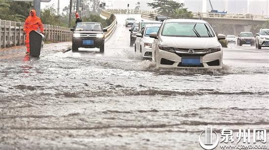 江滨路上汽车涉水而过