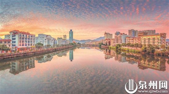 昨天傍晚,永春县城在彩云的映照下如诗如画,美轮美奂。(永春康庆平/摄)