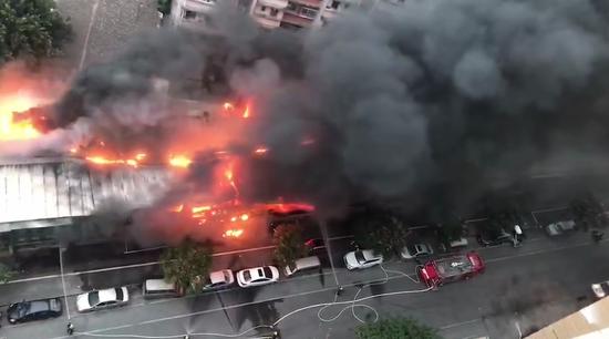 今早漳州市区诗浦路一铁皮屋着火 连烧10余间店铺