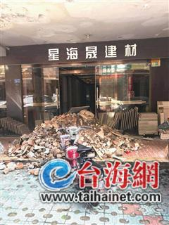 ▲一些商户的门口被人堆满了渣土