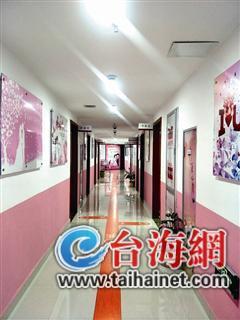 ▲婚姻登记处的走廊布置得温馨又浪漫