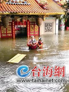 ▲消防救援人员将老人背离进水的庙宇