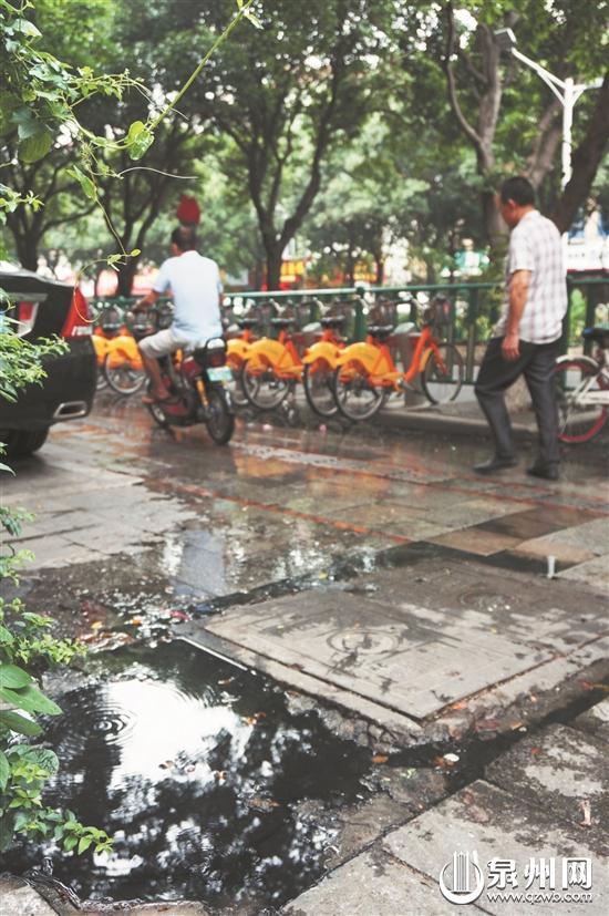 污水从中转井不断冒出,影响行人、车辆通行。