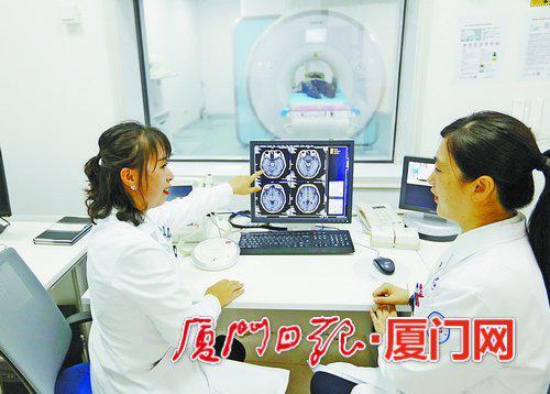 ▲放射科医师团队正在对就诊患者进行病情讨论。