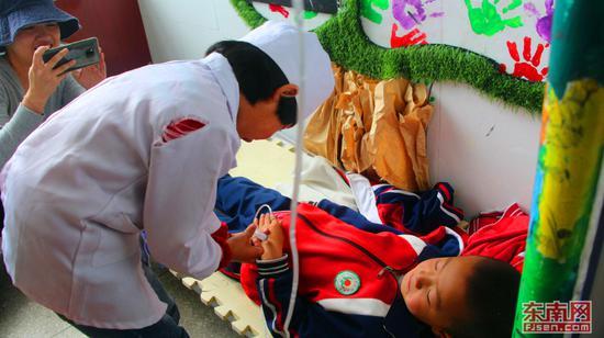 孩子扮演的小护士为生病的同学打针。(东南网记者 刘玮 摄)