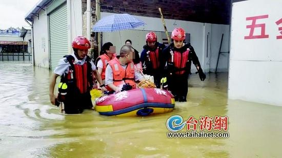 """臺風""""盧碧""""帶來強降雨 漳州三被困人員坐皮筏艇轉移"""