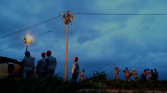 7月11日夜,龙岩供电公司支援抢修队连夜修复10千伏配网线路(林丽君摄)