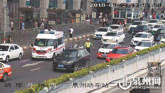 交警进行交通疏导,让救护车顺利驶出。