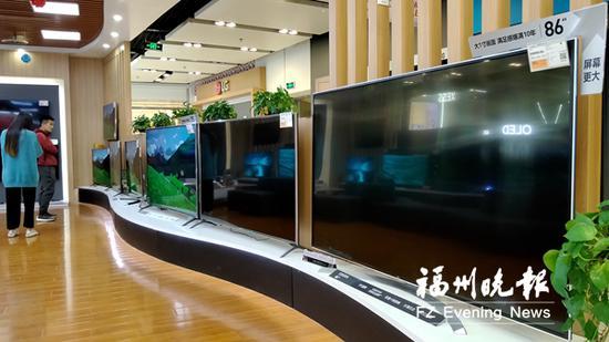 福州一商场内摆放着许多巨屏彩电。