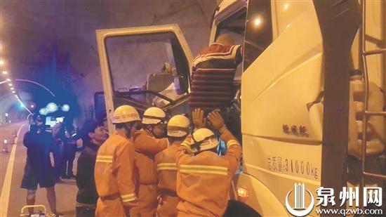 消防人员托举、破拆解救。