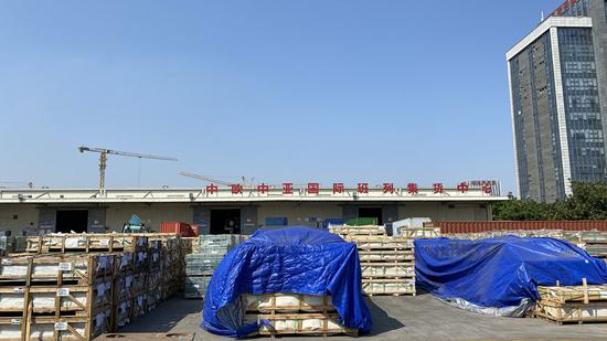 """厦门自贸园区内堆满货物的海沧铁路货场,这些货物将通过中欧(厦门)班列驶达""""一带一路""""沿线国家(2020年4月17日摄)。"""