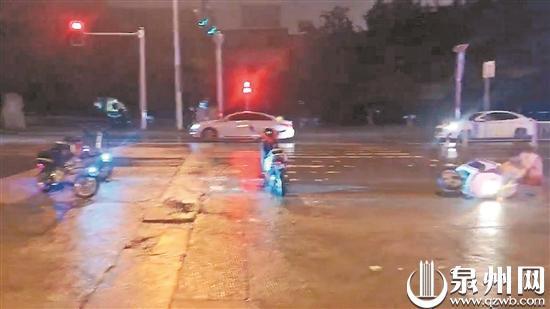 泉州:雨夜骑车男子摔倒路中 多人停车当警示牌护住他