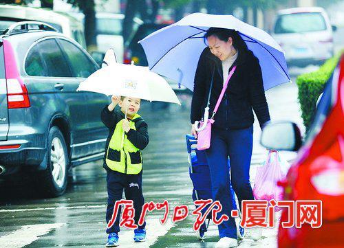 连日的降雨给出行的市民带来影响,但昨日降雨减弱了。(本报记者 张奇辉 摄)