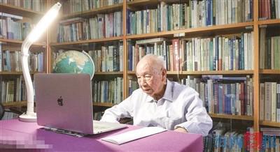 潘懋元仍然可以在电脑前工作。