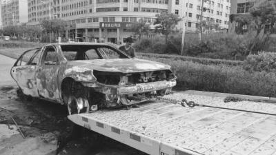 """大火后,小轿车成为""""铁架""""。"""