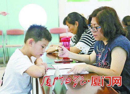 8日上午,小学新生报名面谈现场。 (本报记者 姚 凡 摄)