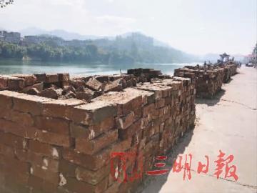 ▲刚挖掘出来的古城墙砖