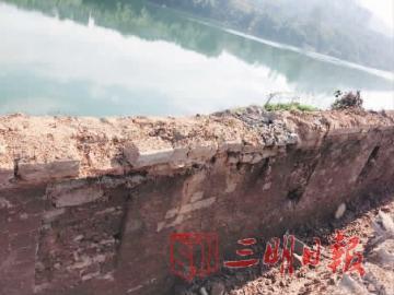 洪水浸泡过的,需修复的古城墙