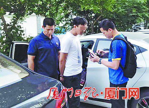 民警抓获嫌疑人李某(中)。