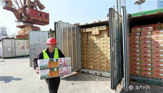 工人们正在同益码头卸下台湾水果