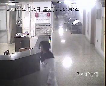 ▲21时34分,李建雪接到产房护士电话通知说产妇产后出血比较多,立即从三楼赶往二楼产房。监控截图
