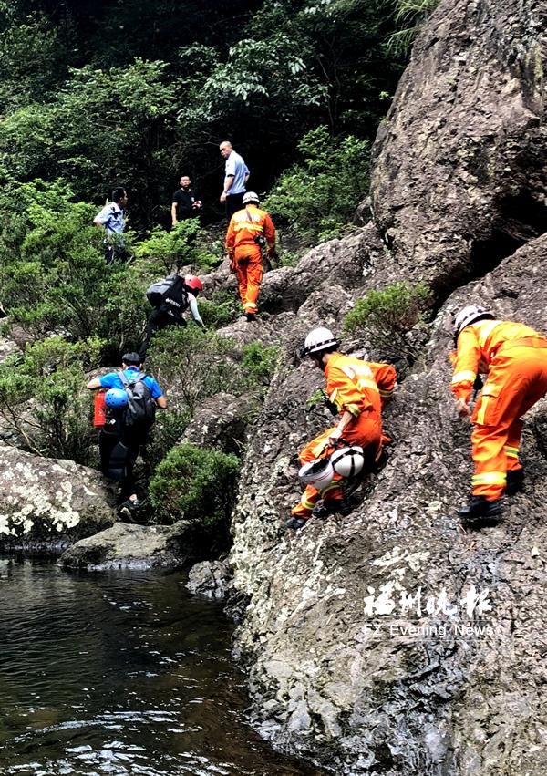 消防人员来到潭里瀑布下,向上运送完好的绳索和食物。