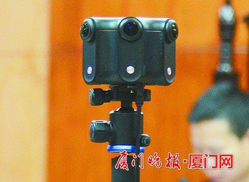 记者体验通过VR眼镜全方位观看庭审。刘东华 摄