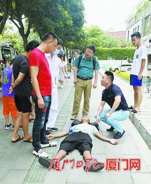 120赶到后,王忠武向医护人员说明情况。(受访者供图)