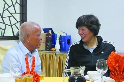 """郎平与""""铁杆球迷""""林钟辉亲切交谈。"""