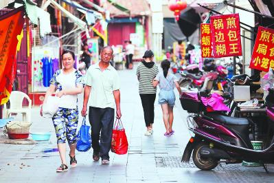 庙前街的古建筑被改为商铺,经营莆田特色小吃. 周明太 摄