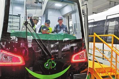 春节期间,技术人员和驾驶员对地铁车辆进行联调联试。