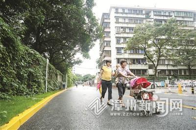 焕然一新的市区福响路上,两位笑脸盈盈的奶奶正带着孙儿遛弯。 郑文典 摄
