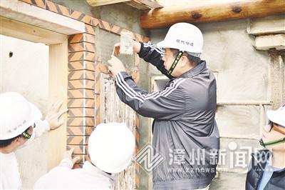 陈荣文(左三)在传授建造技艺 许小西 供图