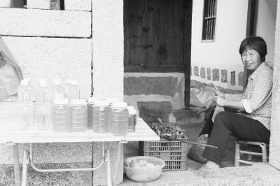 路通了,车本村的村民在家门口卖起了土特产。