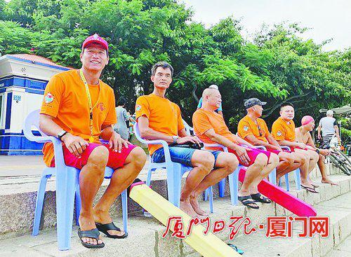 陈今汉(左一)和他的队友在一起。