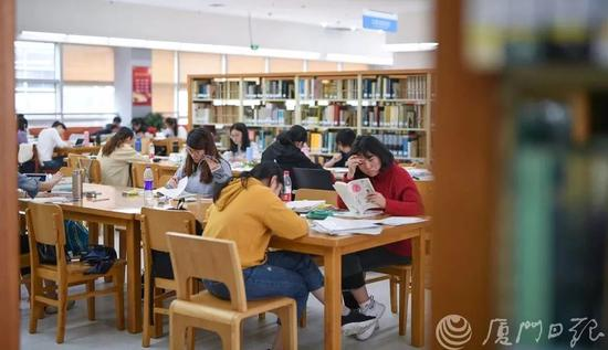 读者在市图书馆阅读