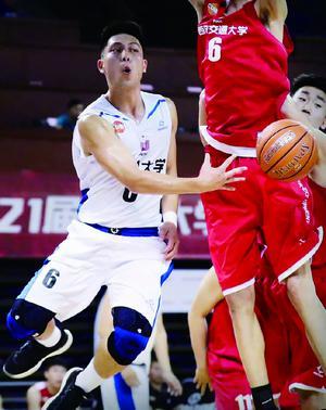 -袁堂文的身高在篮球场上不算有优势,但他扬长避短,最终走上职业赛场。